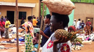 market_woman_pineapple